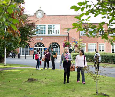 学生们 outside the University of W要么cester St John's campus