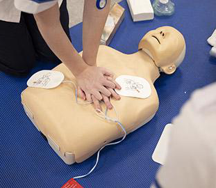 A pair of h和s applying cpr to a dummy